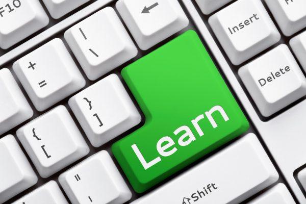Digitale Medien, wie PC, für die Digitalisierung des Lernens
